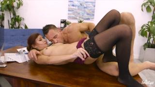 Vagina depilata per la segretaria sexy