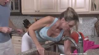 Una bella ragazza bionda si lascia scopare in cucina
