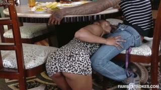 Incesto sotto il tavolo con la sorella che lo succhia
