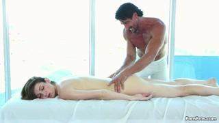 La bella mora si masturba davanti a lui e si fa massaggiare