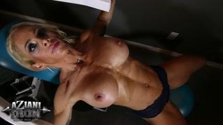 Pornostar culturista si esercita con le tette nude