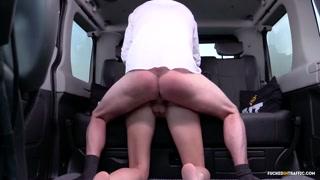 Sexy coppia nel camioncino in strada