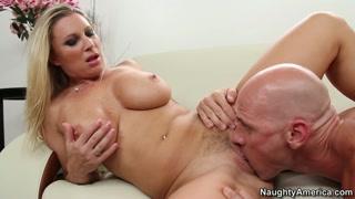 Bionda con la porno tettone a farsela leccare dal pornodivo