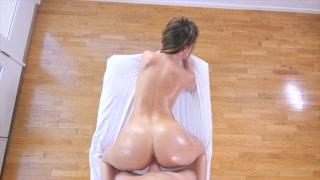 Massaggio porno con chiavata in compagnia della culona hot