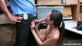 Pompini gratis al poliziotto per uscire di galera