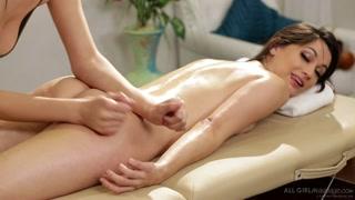 Lesbo massaggi con orgasmi lubrificati