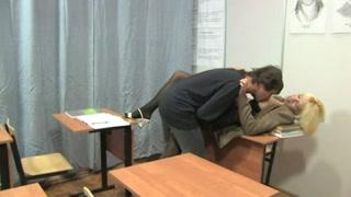 Porno gratuito a scuola con la prof a scopare