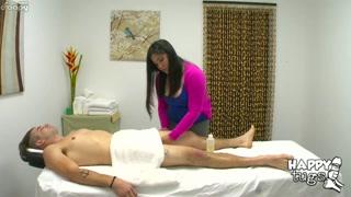 Nella massage room la bella orientale succhia e fa spagnola