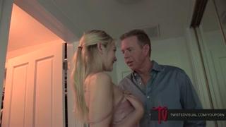 Incesto porno con la biondina che succhia il padre adottivo