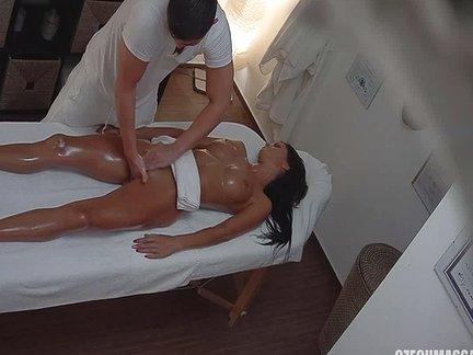 Moglie si fa scopare dal massaggiatore