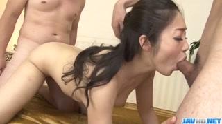 Timida giapponese in una scena di sesso di gruppo