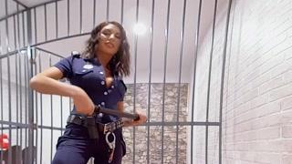 Carcerato scopa poliziotta bollente