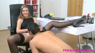Casting porno con la regista donna che se la fa leccare