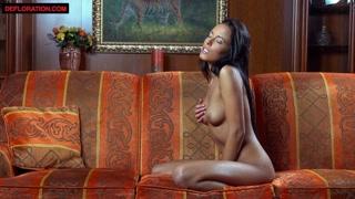 Ragazze nude si masturbano e godono da sole