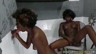 Ragazze di colore succhiano e fanno le lesbiche in bagno