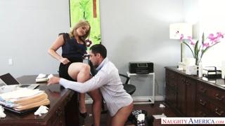 Capo scopa segretaria in ufficio