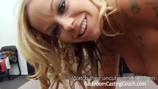 La ragazza bionda sa come scopare durante un casting