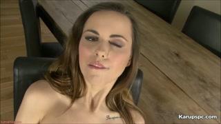 Milf nuda si masturba la vagina