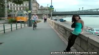 Un uomo e una donna scopano in mazzo alla strada