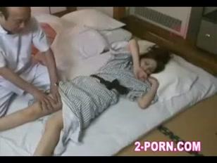 Porno giapponese con la troia che viene svegliata e scopata