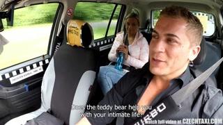 Pompini gratis in taxi? La bionda sembra disponibile