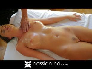 La biondina in questione si fa massaggiare e scopa