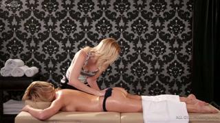 Massaggi porno e sesso lesbo per far godere la bionda