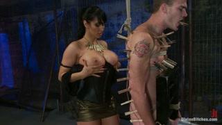 Bella mistress ama dare un sacco di legnate al suo uomo