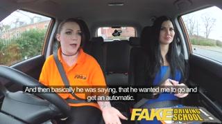 Due ragazze si scopano durante una lezione di guida