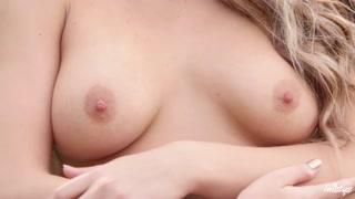 Bionda amante della natura si masturba all´aperto