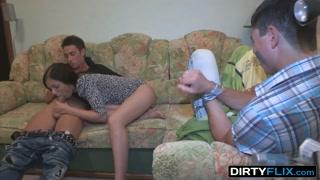 Il fidanzato immobilizzato vede la fidanzata scopare