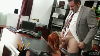 Pompinara dai capelli rossi succhia il cazzo del capo