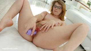 Donna bionda con occhiali per masturbazione top