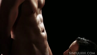 Hard sex al buio con corpi muscolosi