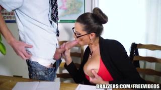 La professoressa lo succhia toccandosi le tettone.