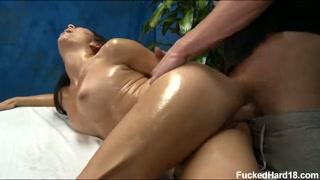 Trombare e godere in sala massaggi con tanto olio