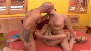 Footjob, compagno feticista, due donne sexy