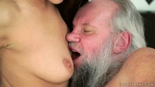 Megasesso vecchi: la mora gli mette il dito in culo