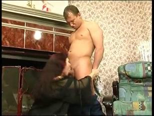 La padrona di casa si eccita e si sbatte il tuttofare