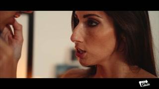 La donna seduce con lo sguardo
