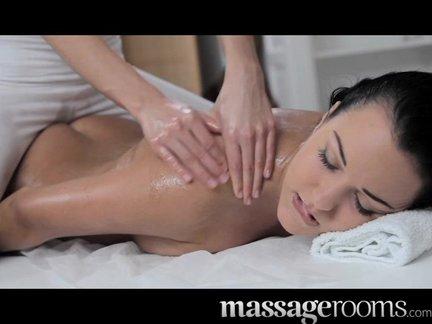 Bellissimo massaggio tra donne molto eccitante!