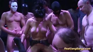 Orgia arrapante con maschere e scopate hard
