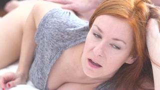 Donne che si masturbano mentre scopano, e la rossa gode