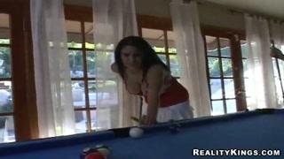Tre belle ragazze giocano a biliardo e troieggiano