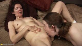 Granny sex con la giovane che lecca la figa della vecchia