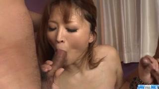Porno giapponese con la bella tettona e 2 uomini la vogliono