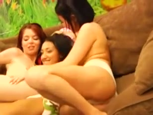 Tre donne ridono e scherzano tra loro