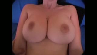 Tettone esagerate in questo video porno
