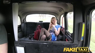 Trombare in taxi con una bella bionda
