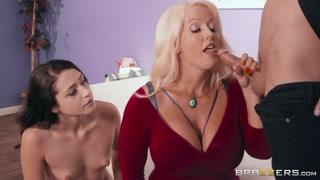 Mamma porca tettona insegna sesso alla figlia